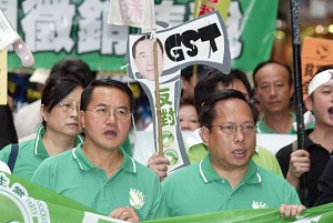 On the morning of August 20, 2006 lawmaker Albert Ho (front right) attended a march protesting a possible goods and services tax. (Wu Lianyou/The Epoch Times)