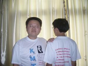 The font and back side of Sun Buer's election T-shirts (The Epoch Times)