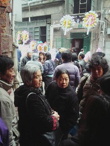People going to Duan Huiming's home to mourn. (The Epoch Times)
