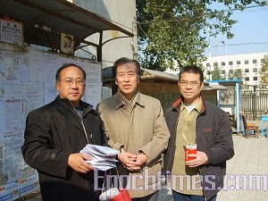 Che Hongnian and Chen Xi, human rights activists from another province, act as volunteers for Sun Wenguang's election campaign. (The Epoch Times)