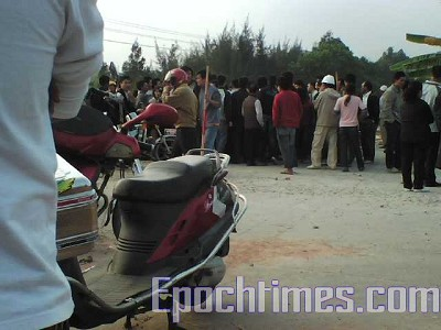 "By 3pm on December 14, more than 2,000 Dongzhou villagers broke through a police blockade and marched to the site where the ""Shanwei Massacre"" took place on December 6, 2005, to protest their property rights. (The Epoch Times)"