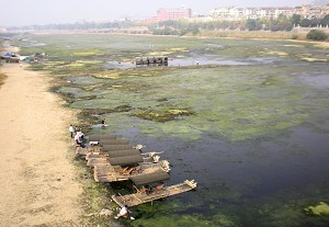 This view of the Lijiang River shows the low water level. (The Epoch Times)