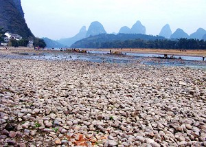 Riverbed rocks are exposed in the dried-up area of the Lijiang River. (The Epoch Times)