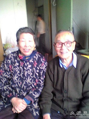 Hua Huiqi's 77-year-old mother Shuang Shuying (left) and 88-year-old father Hua Zaichen (right). (The Epoch Times)