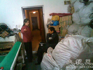 Zhang Junling's sister tells the police about the forced relocation attempt made on February 2, 2007. (The Epoch Times)