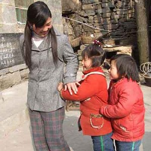Meixiang and her two students. (Shuizhi Forum)