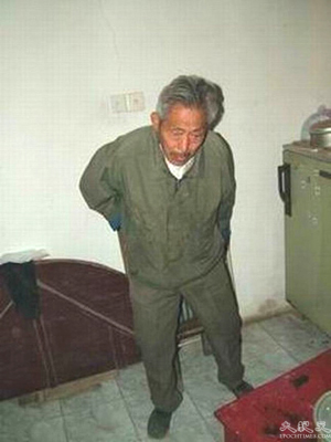 Xue Xiangbiao's father Xue Ruirong describes how he was tied up during the forced demolition of their home. (The Epoch Times)