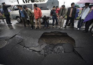 A two-meter deep hole on Airport Road, Hangzhou city. (Epoch Times Archive)