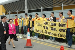 Protesting in front of the selected electors. (Pan Jingqiao/The Epoch Times)