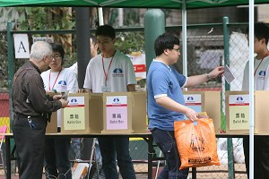 People voting in the unofficial election site at Mong Kokm. (Wu Lianyou/The Epoch Times).