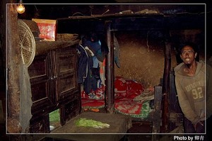 Interior of a thatched cottage (Qing Qing/The Epoch Times)