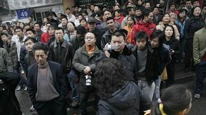 A teenage girl  ready to jump from the sixth floor, while onlookers encouraged her. (Photo from Internet)