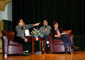 AIDS crusadaer Dr. Gao Yaoje (left) talking about the current AIDS situation in China at Illinois Wesleyan University. (Feng Yiran/Epoch Times)