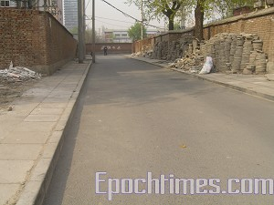The south exit to Building 11 where Gao's family resides has been blocked off by police. (The Epoch Times)