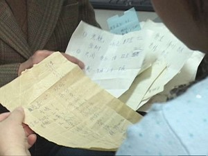 Pieces of paper of various sizes, filled with names. Mrs. Li said that she brought these resignation declarations from China. (New Tang Dynasty TV)