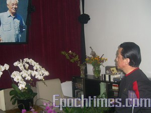 Qi Zhiyong, famous pro-democracy activist disabled during the 1989 Democracy Movement, honoring former CCP General Secretary Zhao Ziyang. (The Epoch Times)