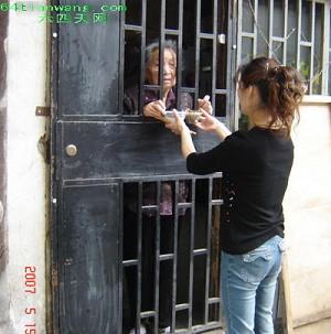 Zheng's daughter delivering food to her. (Lian Sheng, www.64tiangwang.com)