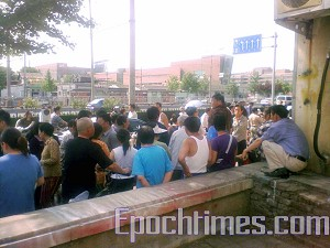 Beijing residents who are banned by the police from seeking rights defense consultation. (The Epoch Times)