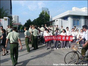 On May 23, Medical English Division 12th-grade students and their parents from Ningbo No. 9 High School joined the protest outside city hall. (Photo provided by students from Ningbo No.9 High School)