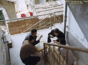 Zhou Zhaochun, Liu Qiquan, Zhou Qibin and Li Gang enjoy their box lunch around the staircase of the Ma family. (www.64tianwang.com)