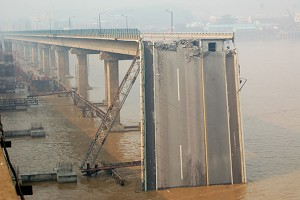 Jiujiang Bridge in Foshan, Guangdong was hit and broken in the middle by a sand freight boat. (Epoch Times Archive)