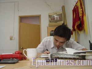 One of plainclothes investigation policemen from Tengzhou City taking notes at Qi's interrogation. (The Epoch Times)