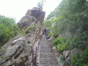 The steep slope of Hua Mountain, one of the best known Taoist mountains in China. (Source: www.minghui.org)