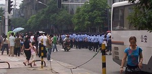 Wuhan city authority mobilized over one thousand armed police officers to arrest human rights defenders at Hualou Street on June 23, 2007. (The Epoch Times)