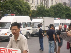 Police cars. Wuhan city authority mobilized over one thousand armed police officers to arrest human rights defenders at Hualou Street on June 23, 2007. (The Epoch Times)