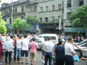 Police officiers dispersing the protesting crowds. Wuhan city authority mobilized over one thousand armed police officers to arrest human rights defenders at Hualou Street on June 23, 2007. (The Epoch Times)
