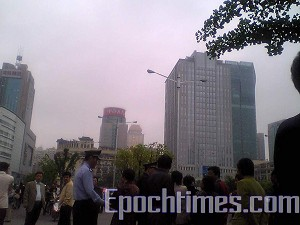 Every week, many Shanghai residents visit the Shanghai Appeals Office (The Epoch Times)