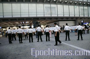 Hong Kong police form a human chain to block practitioners from entering Hong Kong. (The Epoch Times)