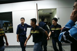 Hong Kong Police and immigration officials involved in the detainment of hundreds of Falun Gong practitioners in Hong Kong airport. (Photo courtesy of Sound of Hope Radio)
