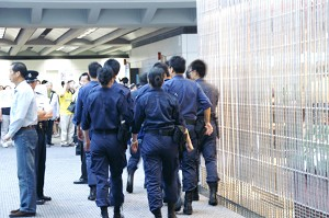Police in Hong Kong airport during the deportation of hundreds of Taiwanese Falun Gong practitioners from Hong Kong Airport.   (Photo courtesy of Sound of Hope Radio)