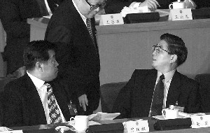 Huang Ju and Jia Qinglin were both Jiang's favorites and the most notoriously corrupted officials in people's minds. The picture is Jiang, Huang and Jia. (APF)