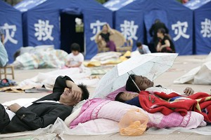 In the disaster areas there is a severe shortage of emergency supplies. Most of the victims can not even obtain a tent for shelter. (The Epoch Times)