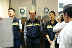 Immigration officials during the detainment and deportation of hundreds of Taiwanese Falun Gong practitioners. (Courtesy of SOH Radio)