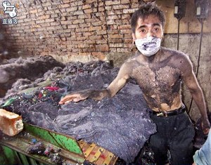 These workers seemed to be dyed black just like the contaminated cotton. Each of them was black from head to toe. The white surgeon's mask worn by a worker had black marks at the mouth and nostrils. (The Epoch Times)