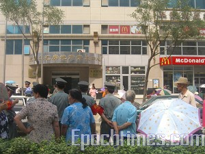 As of July 27, residents from Datun village, Chaoyang district in Beijing, have sat in appeal for a consecutive 12 days in front of Beijing Huahui Real Estate Developer. (The Epoch Times)