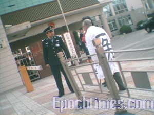 Hua Zaichen at the labor camp of Beijing Security Bureau, Chongwen Branch requesting to see his wife.  (The Epoch Times)