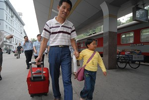 """""""Little Person"""" Li Chun'e from Hubei Province got on the train bound for Beijing to enroll in University (The Epoch Times)"""