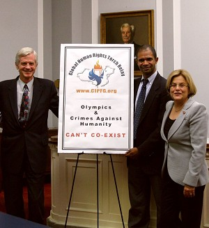 On Sept. 20, 2007, David Kilgour (L), member of CIPFG and former Canadian Secretary of State (Asia-Pacific); Keith Ware (middle), CIPFG representative; and Congresswoman Ileana Ros-Lehtinen (R), at the press conference held in the Rayburn House Office Building. (The Epoch Times)
