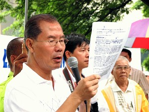 """Mr. Jia Jia at a """"Quit the Chinese Communist Party rally."""" (The Epoch Times)"""