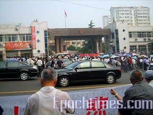 Over 2,000 veterans from Yantai City, Shandong Province protested in front of the Municipal Peoples' Congress in Yantai on July 17. (The Epoch Times)