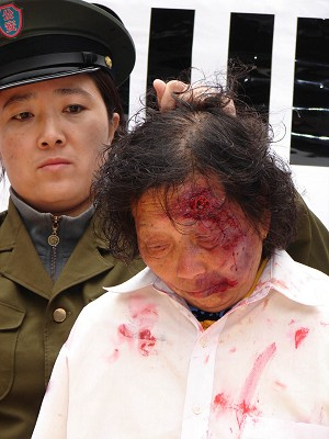 Hundreds gathered to ask APEC leaders to raise China's countless human rights violations with Chinese president Hu Jintao at a rally in Sydney. The rally included reenactments of torture pictured above. (The Epoch Times)