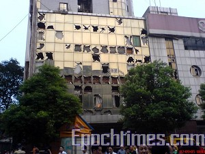 On September 5, 2007, an explosion occurred in Zhuzhou City, Hunan Province. Glass fragments covered the site of the explosion. Some areas were covered with blood stains and remaining body parts. (The Epoch Times)