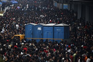 On January 28, thousands of passengers wait in front of the train station in Guangzhou City. (Epoch Times Archive)