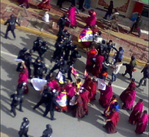 Police close in on demonstrators in Amdo Labrang, Sangchu County, Gansu Province, Northeastern Tibet. (Phayul.com)