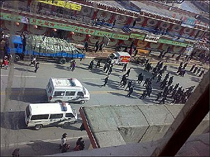 Police advance towards demonstrators in Amdo Labrang, Sangchu County, Gansu Province, Northeastern Tibet. (Phayul.com)