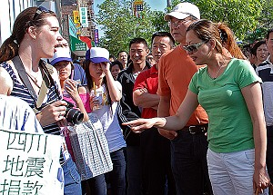 """The Chinese mob shouted at an Epoch Times photographer, threatening, """"We will kill you!"""" (Sonya Bryskine/Epoch Times)"""